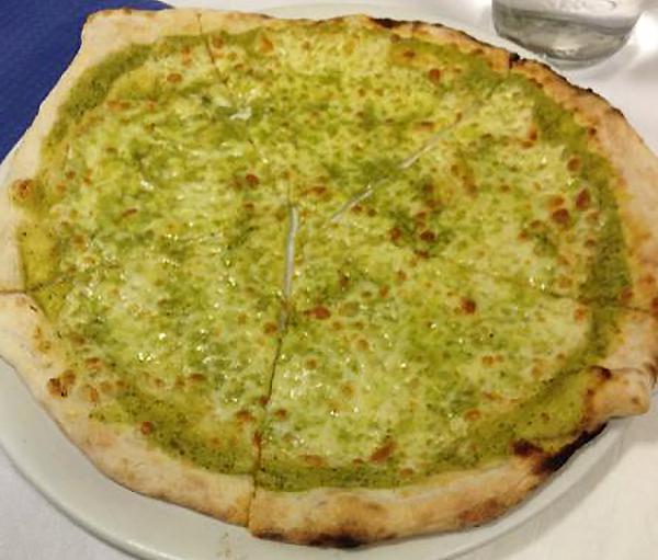 Pizza con crema di zucchine e mozzarella