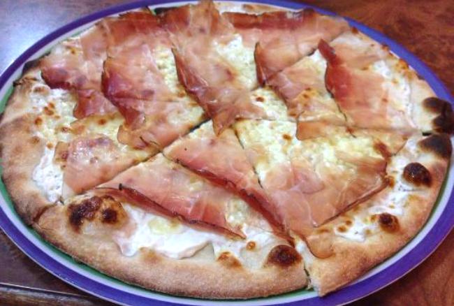 Pizza con speck e panna