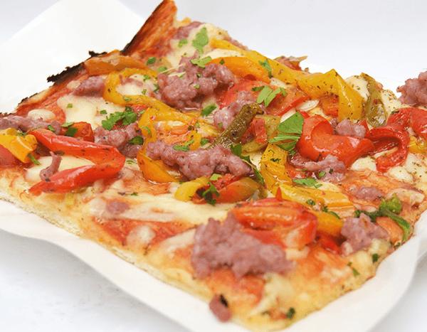 PIZZA CON SALSICCIA E PEPERONI