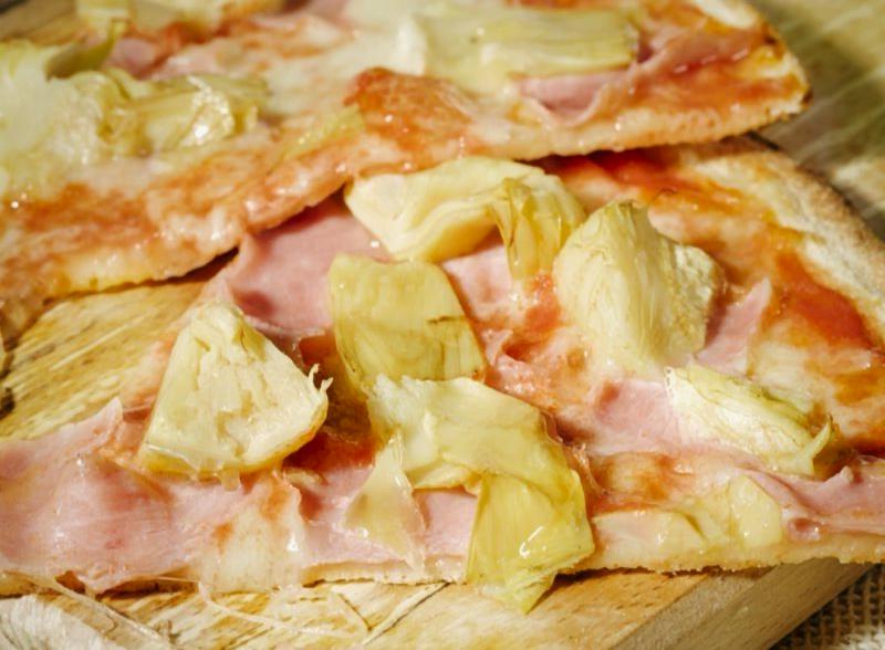 PIZZA CON PROSCIUTTO COTTO E CARCIOFINI