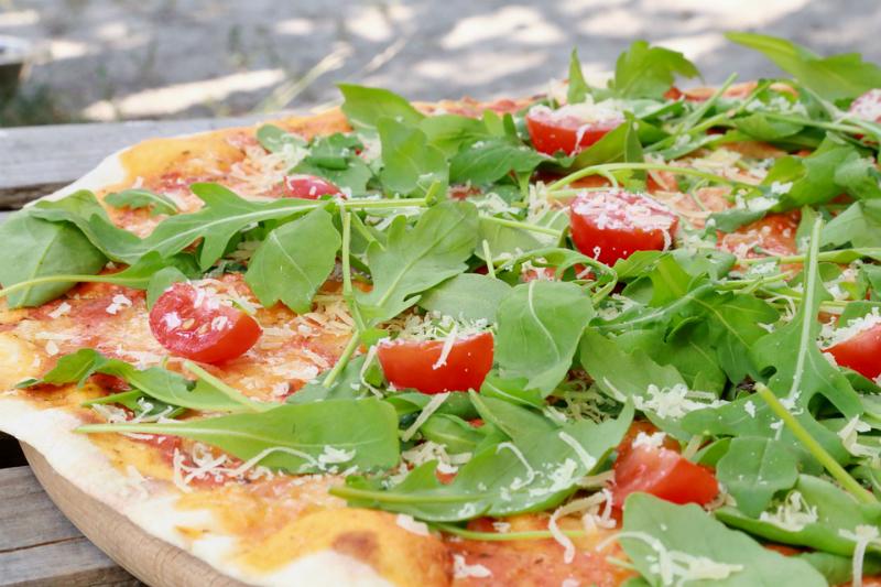 PIZZA BIANCA CON RUCOLA, POMODORINI E GRANA